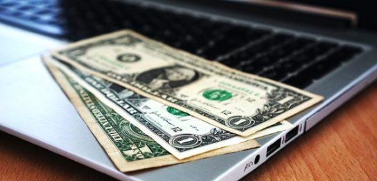 パソコンとドル紙幣